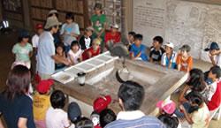 自然学校を開催し、子どもたちと紙すき体験